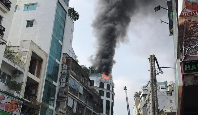 Ngọn lửa bốc lên ở tầng thượng