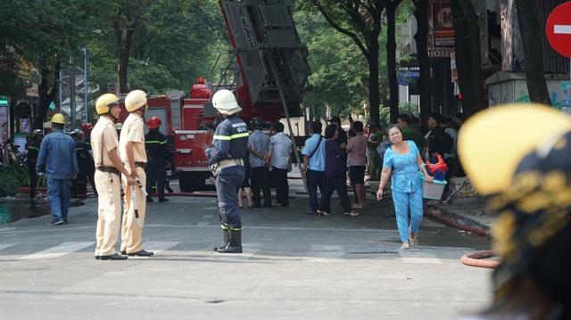 Công an phong tỏa hiện trường để chữa cháy