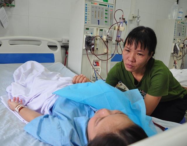 Con ơi đừng bỏ mẹ mà đi - Chị Huyền nghẹn ngào cầu xin ông trời đừng mang con gái đi.
