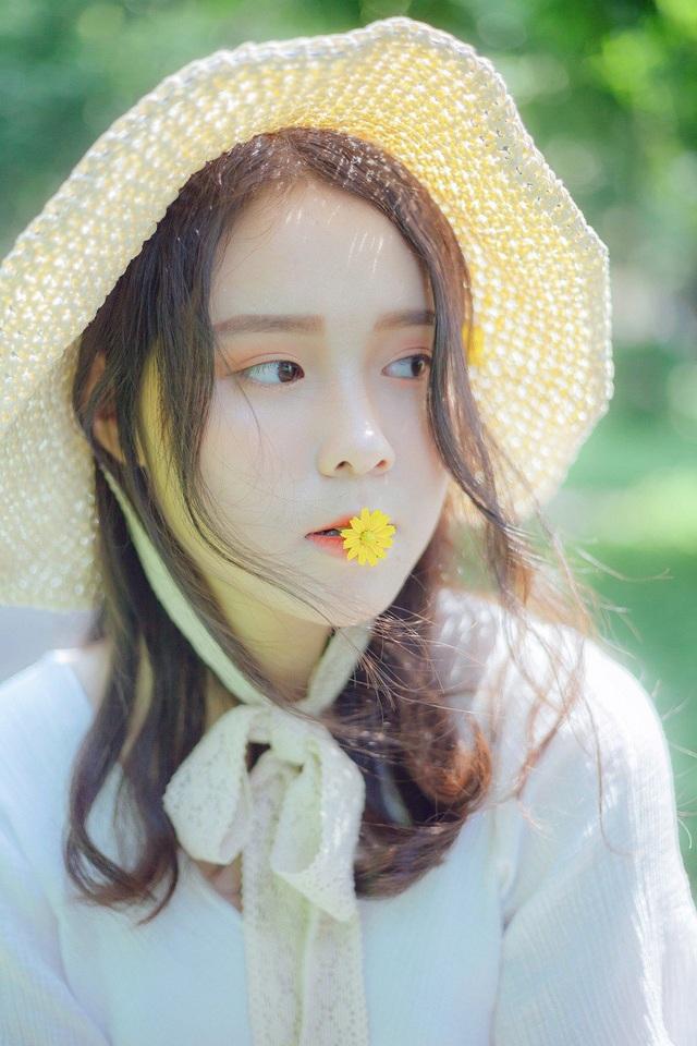 Nhiếp ảnh Tuấn Anh chia sẻ rằng gương mặt của Giang Thanh bầu bĩnh, đáng yêu không mang nét sắc sảo cằm v-line, mũi dọc dừa như các hot girl khác nhưng lại làm nổi bật lên sự ngây thơ trong sáng như cô bé 2000.