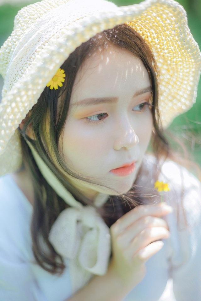Khi chính thức bước sang tuổi 19, để kỉ niệm tuổi thanh xuân, Giang Thanh đã nhờ nhiếp ảnh Nguyễn Tuấn Anh lưu lại những khoảnh khắc đẹp nhất, tựa nàng thơ.