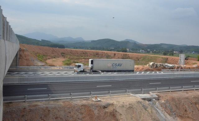 Nút giao chậm tiến độ gây trở ngại cho các phương tiện tại khu kinh tế Dung Quất khi có nhu cầu sử dụng tuyến cao tốc Đà Nẵng - Quảng Ngãi.