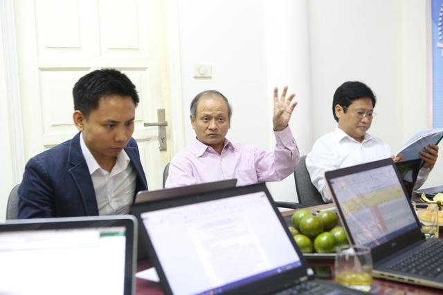 Gương mặt mới trong hội đồng giám khảo, Tổng thư ký của Hiệp hội TMĐT Trần Trọng Tuyến (ngoài cùng bên trái), người từng tham dự giải thưởng Nhân tài Đất Việt năm 2013.
