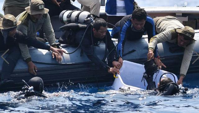 Các thợ lặn làm việc tại khu vực tìm kiếm máy bay rơi tại biển Indonesia. (Ảnh: AFP)