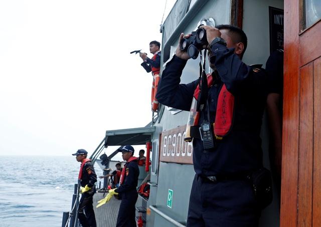 Đội tìm kiếm cứu hộ dùng ống nhòm quan sát vùng biển tìm kiếm máy bay gặp nạn.