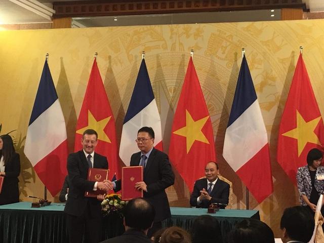 Ngài Bertrand Lortholary, Đại sứ Cộng Hòa Pháp tại Việt Nam và GS. VS. Châu Văn Minh, Chủ tịch Viện Hàn Lâm Khoa học và Công nghệ Việt Nam ký kết giai đoạn 2 về phát triển USTH