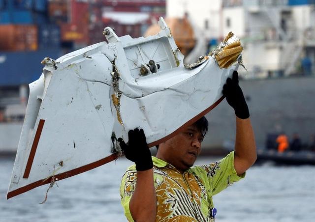 Một mảnh vỡ được cho là của máy bay Indonesia gặp nạn được đưa lên bờ tại cảng Tanjung Priok, Jakarta. (Ảnh: Reuters)