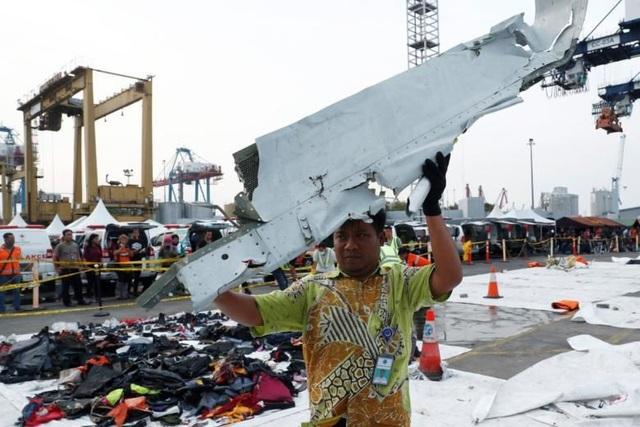Lực lượng tìm kiếm đã trục vớt được nhiều mảnh vỡ của máy bay. (Ảnh: Reuters)