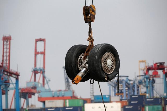 Phần bánh máy bay gặp nạn của hãng hàng không Lion Air được vớt lên từ biển ở Indonesia. (Ảnh: Reuters)