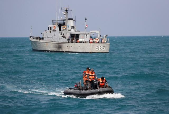 Indonesia huy động các tàu và xuồng tìm kiếm vùng biển nghi có xác máy bay.
