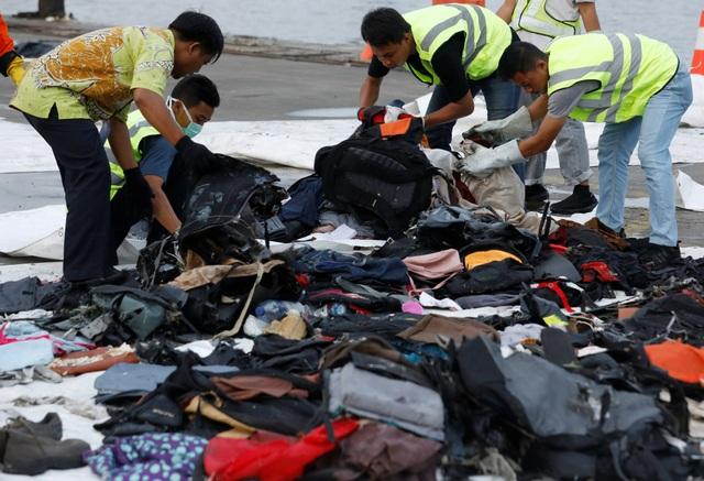 Vật dụng của các nạn nhân vụ rơi máy bay được đội cứu hộ vớt lên bờ.
