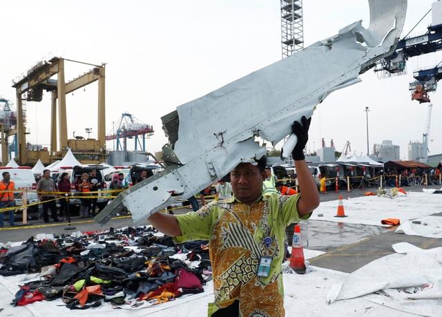 Một mảnh vỡ máy bay được tìm thấy và đưa lên bờ.