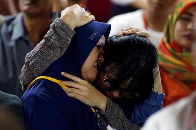 Sự đau buồn của người nhà các nạn nhân vụ máy bay rơi khi chờ tin tức về người thân.