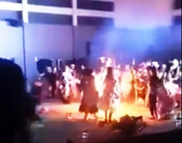 Nữ sinh viên bị lửa bén rồi bùng cháy trùm khắp người.