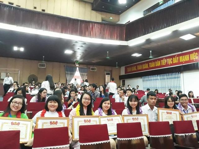 Nhóm sinh viên HUTECH đạt giải Nhất giải thưởng Sinh viên NCKH cấp Bộ năm 2018.