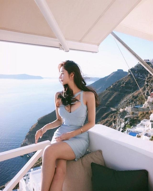 Những kiểu đầm cuốn ôm sát phô bày được đường cong đẹp của cô gái Hàn có dáng cao ráo như người mẫu.