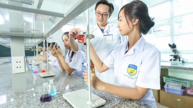Hệ thống phòng thí nghiệm hiện đại của HUTECH là nơi nhóm bạn thử nghiệm, mày mò nghiên cứu đề tài.