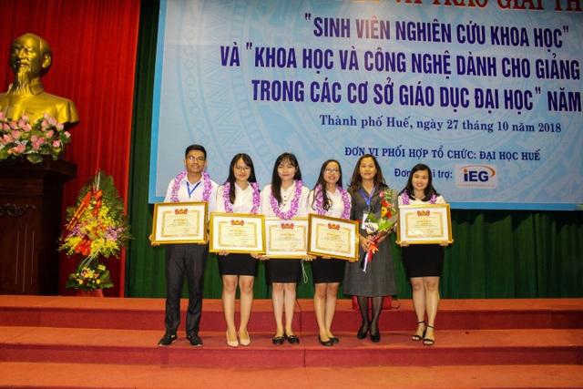 Nhóm sinh viên cùng giảng viên hướng dẫn - TS. Nguyễn Lệ Hà - tại lễ trao giải.