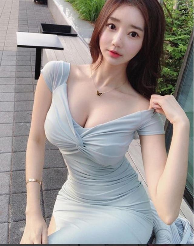 ... Vivi trở thành một trong những người đẹp Hàn được nổi tiếng trên mạng xã hội.