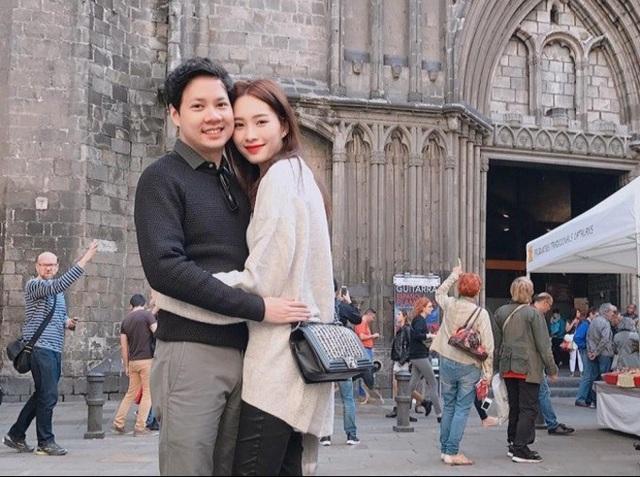 Hoa hậu Đặng Thu Thảo chia sẻ hình ảnh ngọt ngào trong vòng tay của chồng thời còn yêu nhau, cô chia sẻ: Ngày này hai năm trước ở Barcelona, tận bây giờ mới dám public (công khai) hình ôm ấp người ta.