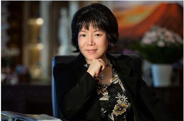 Viện sĩ, tiến sĩ Nguyễn Thị Thanh Nhàn, chủ tịch kiêm TGĐ Công ty CP Tiến bộ Quốc tế AIC - người Việt Nam duy nhất, trẻ tuổi nhất vinh dự được Nhật Bản trao tặng huân chương Mặt trời mọc.