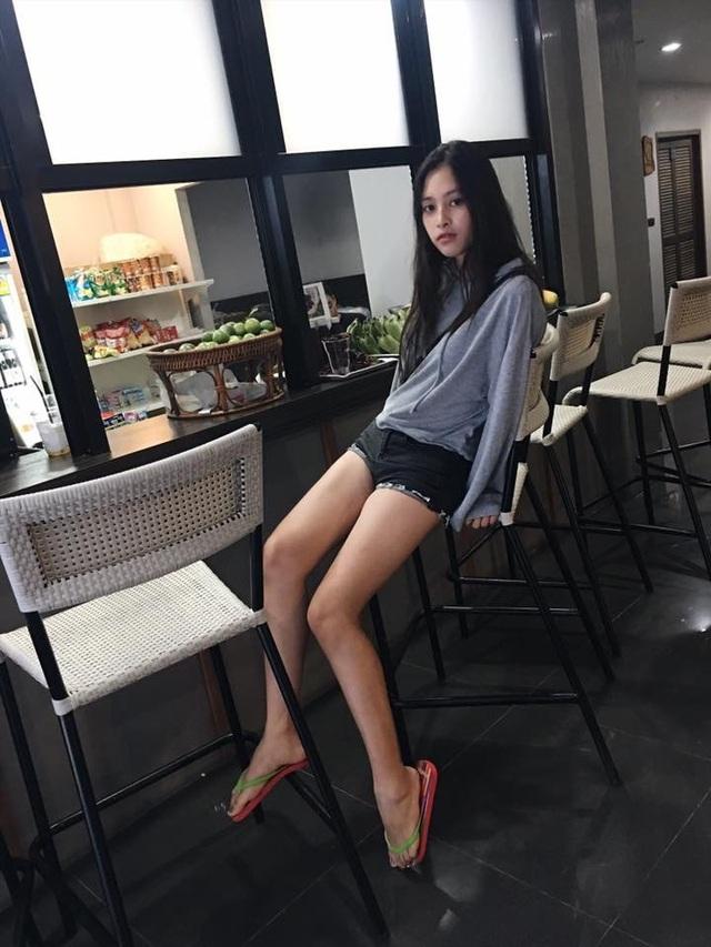 Đôi chân dài khiến nhiều cô gái ao ước.