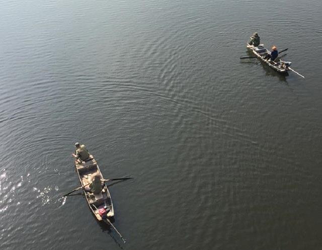 Cơ quan chức năng đã thuê đội thợ lặn chuyên nghiệp tìm kiếm tung tích nạn nhân.