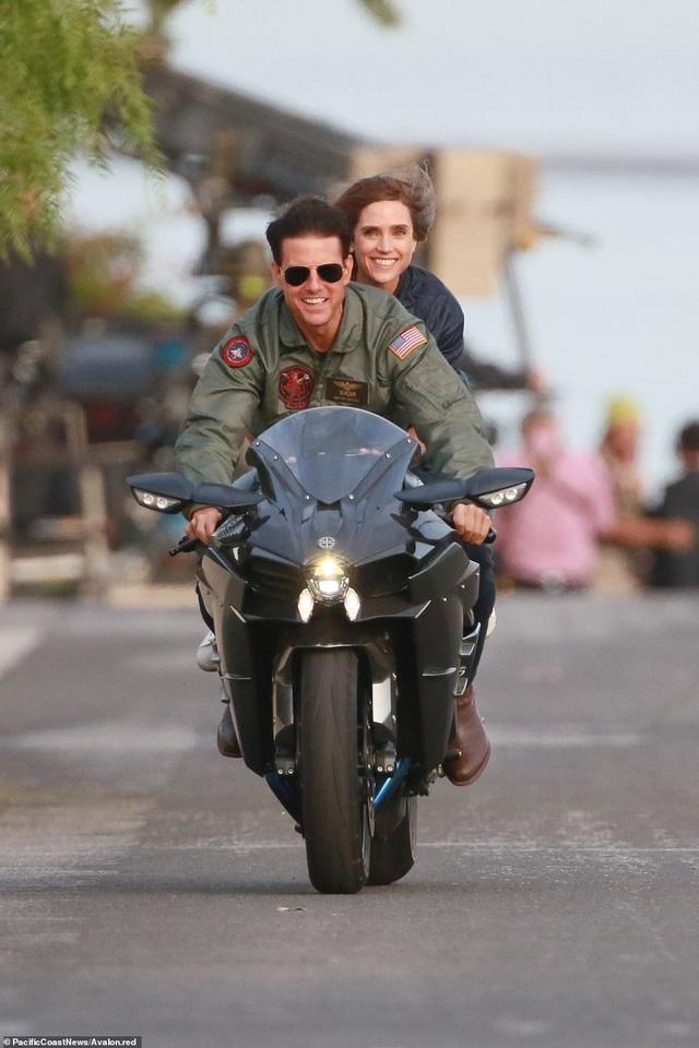 """Tom Cruise trên phim trường """"Top Gun: Maverick"""" - phần phim tiếp theo của phần phim gốc """"Top Gun"""" ra mắt hồi năm 1986. Trên phim trường hồi giữa tuần này ở Los Angeles, Tom Cruise xuất hiện bên cạnh bạn diễn Jennifer Connelly."""