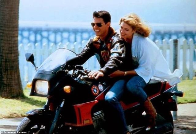 Cảnh phim gốc hồi năm 1986, Tom Cruise diễn xuất với bạn diễn Kelly McGillis (nay đã 61 tuổi).
