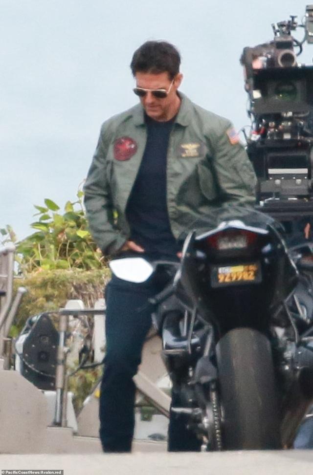 Tom Cruise một thoáng trầm ngâm trên phim trường.