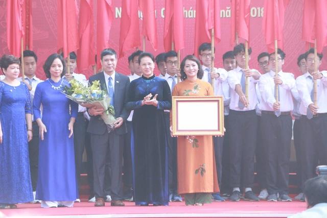 Chủ tịch Quốc hội Nguyễn Thị Kim Ngân dâng hoa ở ngôi trường 110 năm tuổi - 3