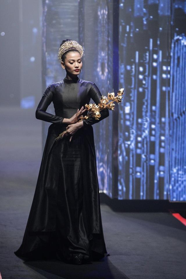 Á hậu Trương Thị May ôm sen vàng 7kg lên sàn diễn - 3