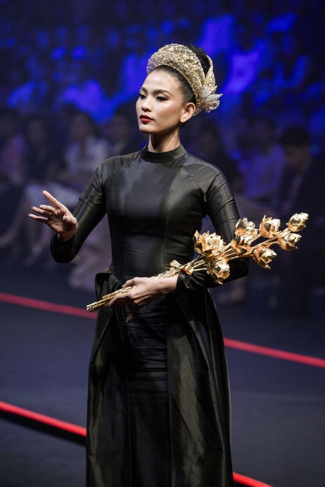 Á hậu Trương Thị May ôm sen vàng 7kg lên sàn diễn - 4