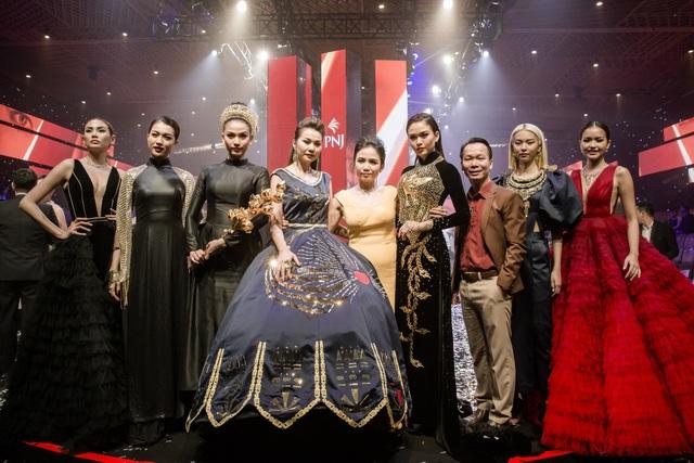 Á hậu Trương Thị May ôm sen vàng 7kg lên sàn diễn - 1