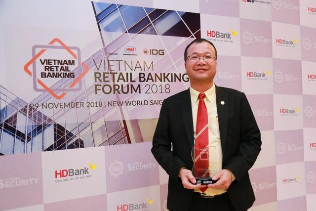 Ông Trần Quốc Anh – Giám đốc Khối Khách hàng Cá nhân HDBank chụp cùng cúp giải thưởng Ngân hàng Bán lẻ Tiêu biểu