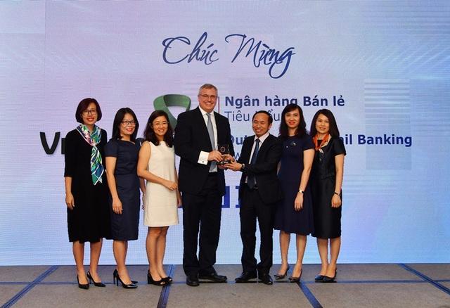 """Ông Thomas William Tobin – Giám đốc Khối bán lẻ (thứ 4 từ trái sang) và đại diện các phòng/ban/trung tâm thuộc Khối bán lẻ Vietcombank nhận Giải thưởng """"Ngân hàng bán lẻ tiêu biểu"""" năm 2018"""