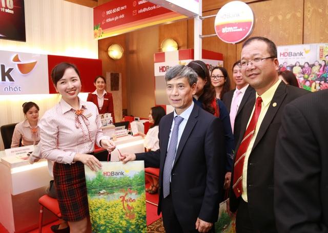Đại diện BTC ghé thăm quầy giao dịch của HDBank