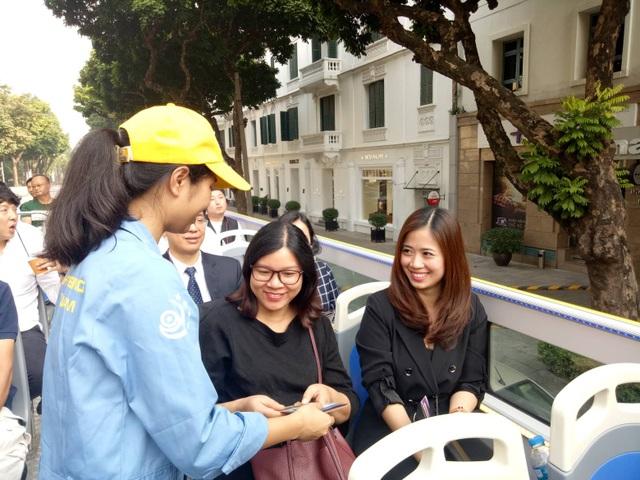 Chị Nguyễn Thanh Nhàn và bạn không giấu nổi thích thú khi lần đầu tiên trải nghiệm du lịch Hà Nội bằng xe buýt 2 tầng