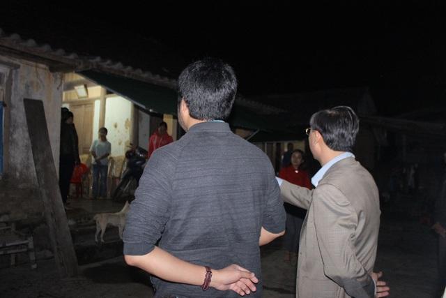 Cùng PV Dân trí khảo sát nhà em An, lãnh đạo huyện Thạch Hà giao chính quyền xã Thạch Thanh làm văn bản đề xuất để huyện có phương án hỗ trợ tu sửa lại nhà cửa cho trường hợp của em An.