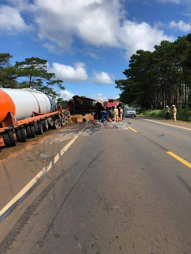 Chiếc xe chở trụ điện gió lớn gặp tai nạn