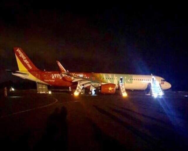 Chiếc máy bay gặp sự cố hiện vẫn nằm trên đường cất hạ cánh.