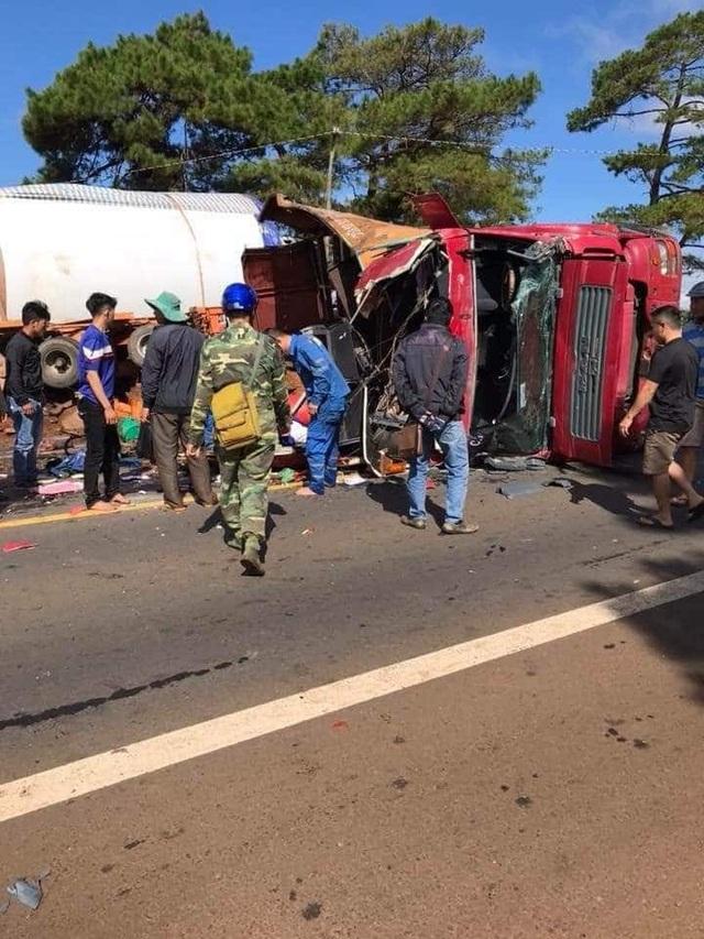 Hiện trường vụ tai nạn xe tải lật nằm giữa đường