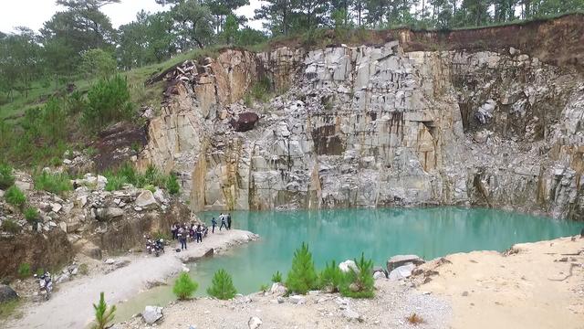 Vẻ đẹp hùng vĩ cũng như làn nước trong xanh trong mỏ đá cũ khiến du khách mê mẩn gọi đây là Tuyệt tình cốc Đà Lạt