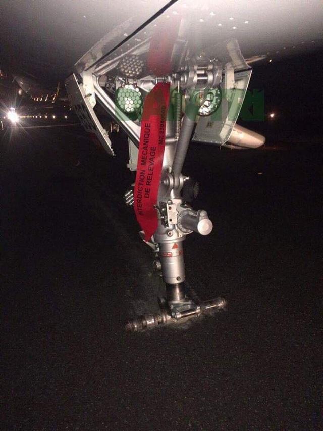 Máy bay bị mất 2 bánh ở càng trước