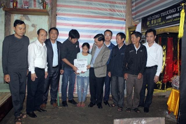 Trước sự chứng kiến của đại diện chính quyền địa phương, phóng viên báo Dân trí đã trao số tiền này đến tận tay em Võ Thị Hoài An.