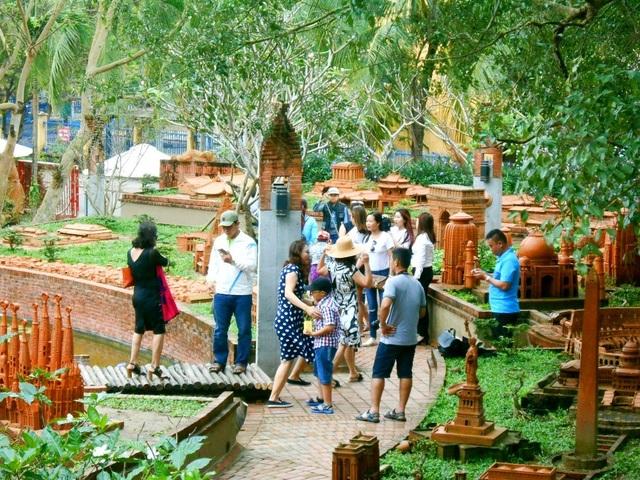 Du khách tham quan làng gốm Thanh Hà trong ngày 4/12 sẽ không mua vé