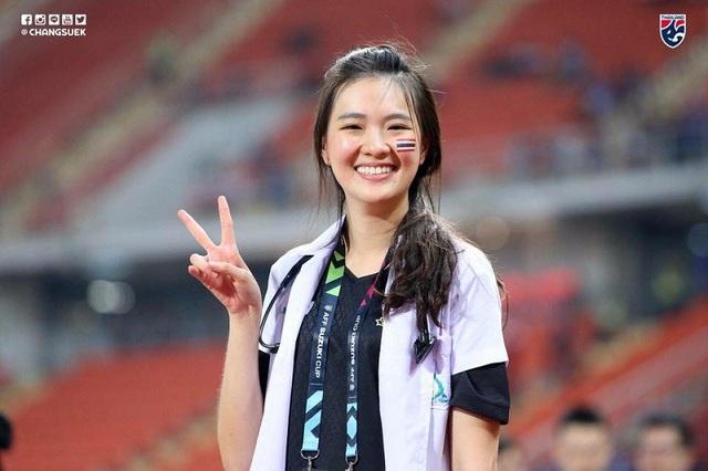 Sirin Triwutpipatkul (27 tuổi) là nữ bác sĩ Thái Lan xinh đẹp để lại nhiều ấn tượng với giới truyền thông và fan hâm mộ tại AFF Cup 2018.
