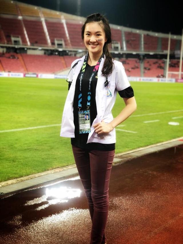 Đây là lần đầu tiên Sirin tham gia làm nhiệm vụ tại AFF Cup song ngoại hình xinh đẹp của cô lại nhanh chóng trở thành tâm điểm thu hút sự chú ý.