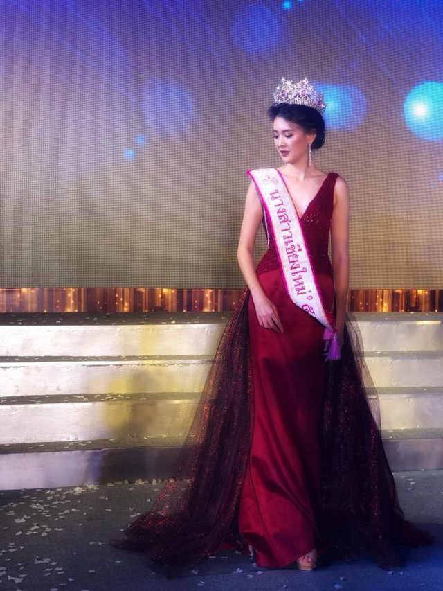 Được biết vào năm 2012, Sirin giành được vương miện Hoa khôi ĐH Chiangmai và không lâu sau đó, cô lại tiếp tục lọt vào top 12 cuộc thi Hoa hậu Hoàn vũ Quốc gia.