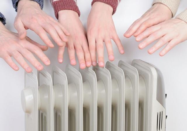 Người bị hội chứng Raynaud cần đeo găng tay và đi tất để chống lạnh và giảm nguy cơ tê cóng.